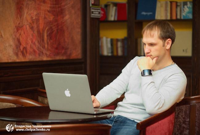Владислав Челпаченко размышляет после получения информации на конференции