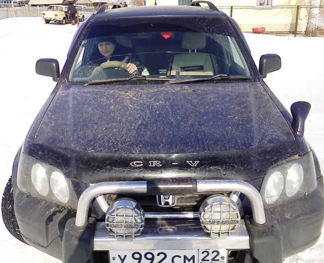 Артем Плешков  в машине в своей деревне